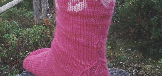 Colorwork socks with a rose motif and strong heel