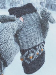 Fingerless mittens with colorwork